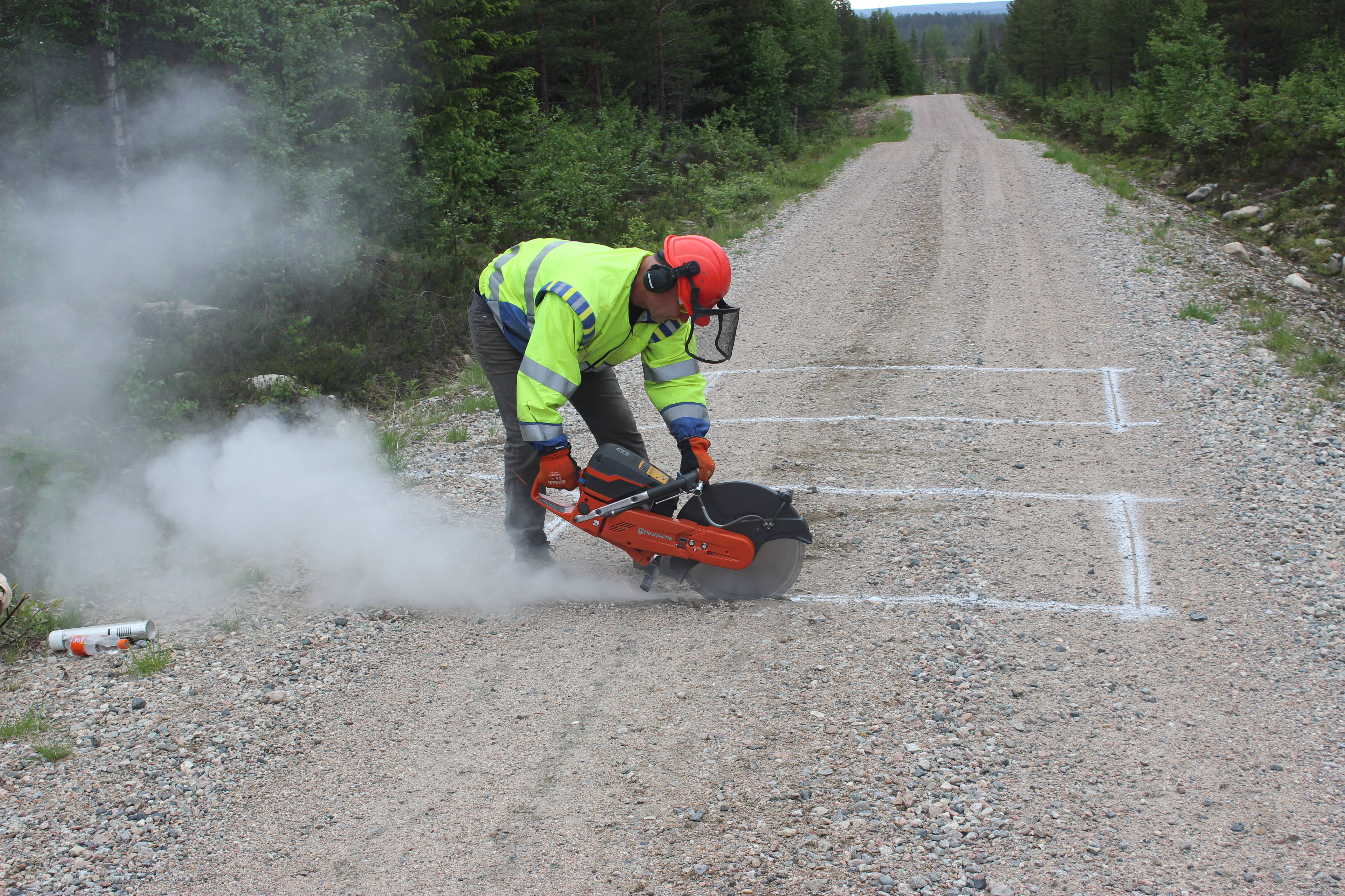 Installing of vehicle counting device under the surface of forestry road in Suomussalmi municipality, Kainuu. Photo: Juho Hiltunen