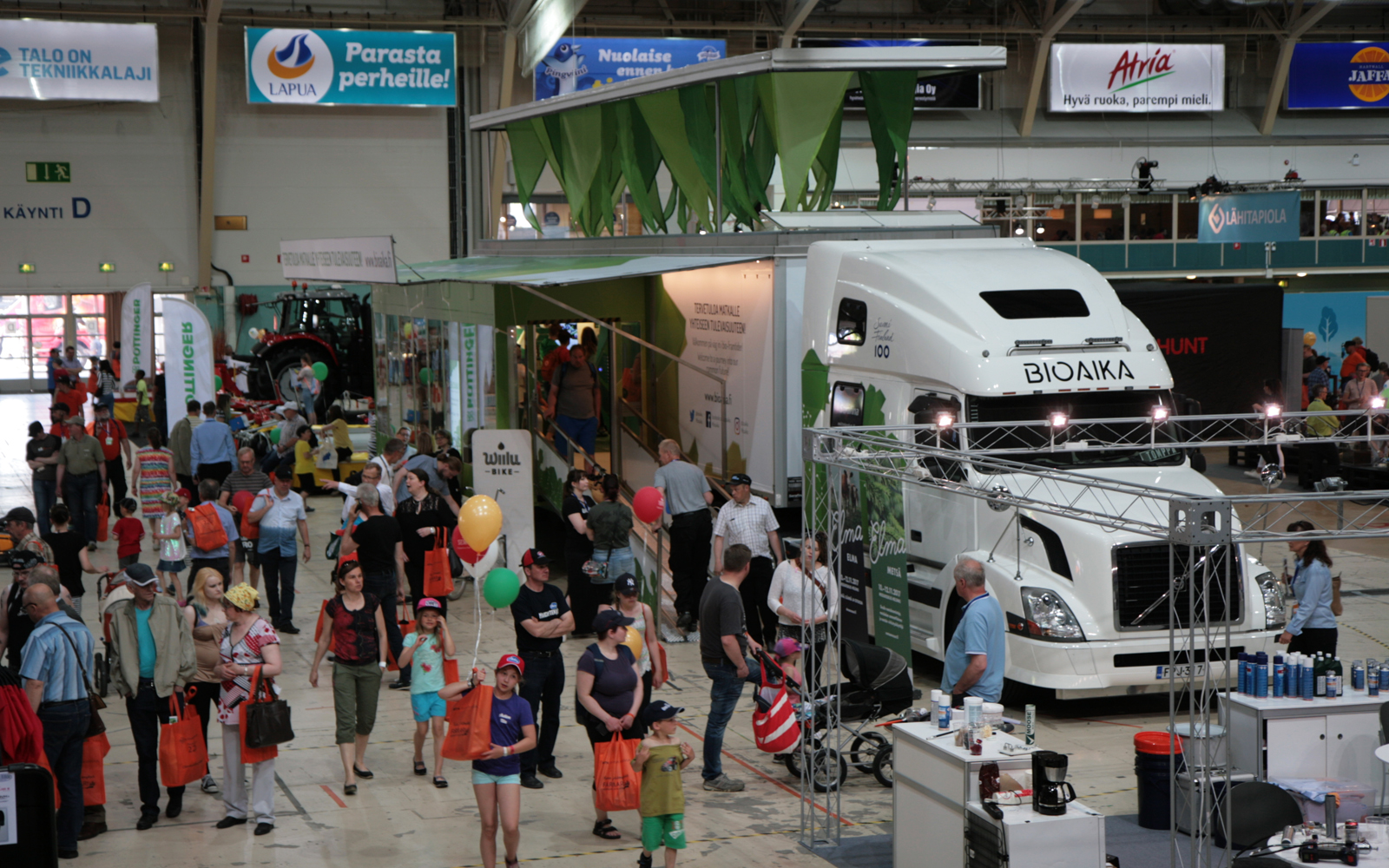 The biofuel-powered lorry will journey throughout Finland and will stop in a total of one hundred localities. Photo: Anna Kauppi