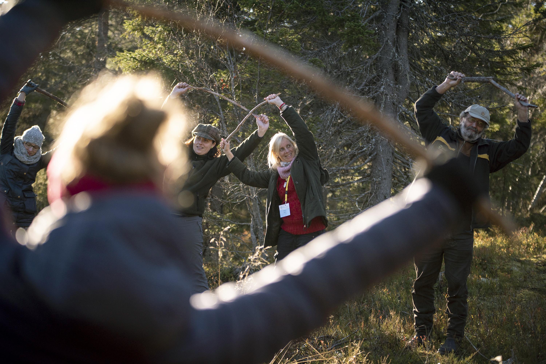 Keppijumppaa metsässä. Metsätohtori Dirk Schmechel Baijerin metsäinstituutista Saksasta kertoi metsäpedagogiikan mahdollisuuksista lieventää kaupunkilaisten ja metsäammattilaisten erilaisten metsäkäsitysten synnyttämää ristiriitaa. Kuva: Vilma Issakainen