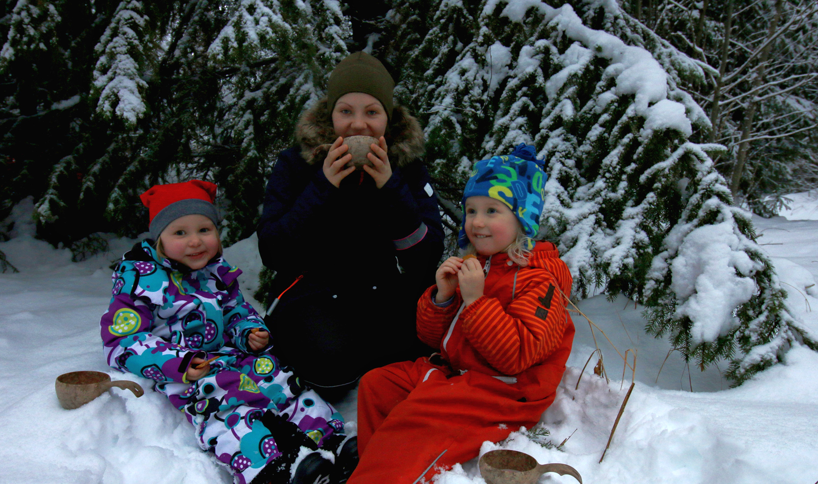 Finding a Christmas tree is important on a winter picnic, but gingerbread and hot chocolate may be even more essential, at least according to Taimi Hamunen, Rauni Korhonen and Lotta Palmio. Photo: Inkeri Palmio