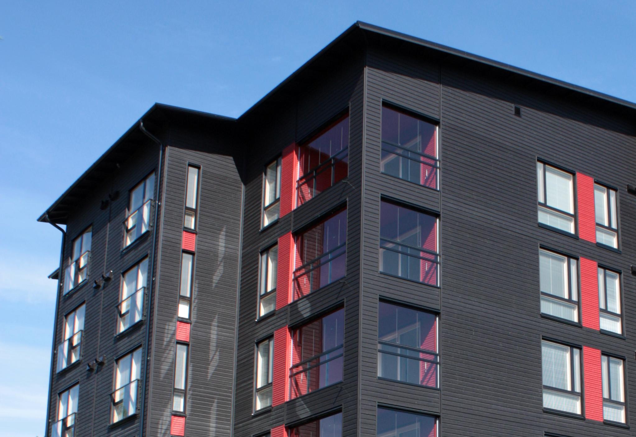 Seinäjoen Asuntomessujen PEFC-projektisertifioitu talo on puuta rungosta ulkoverhoiluun. Talossa on yksiöitä ja kolmioita yhteensä lähes kolmekymmentä. Kuva: Tuomo Nyrhilä