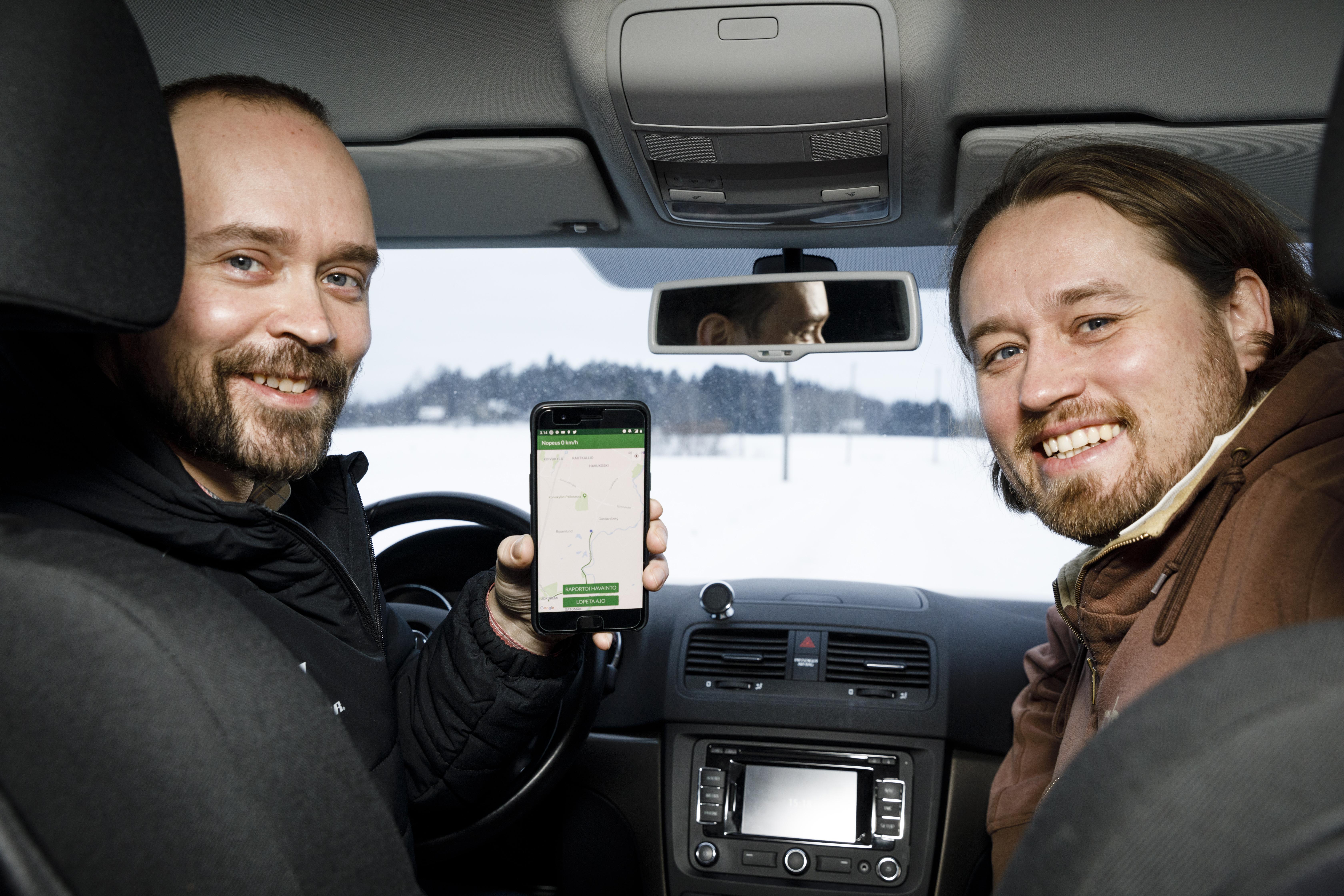 Metsään Tie -mobiilisovelluksen kehittäjät Jussi-Pekka Martikainen ja Antti Mattila RoadsML-yhtiöstä. Kuva: Seppo Samuli