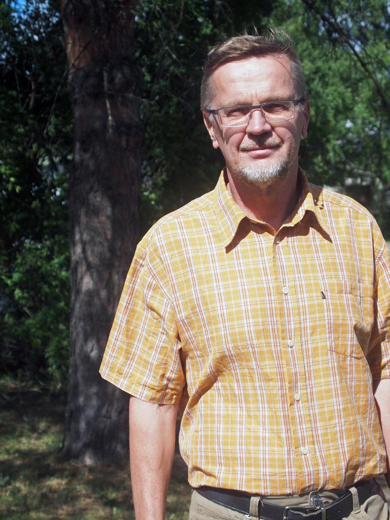 """Timo Pukkalan mukaan esimerkiksi tukkivaltaisessa metsässä, jossa ei ole alikasvosta, ei välttämättä kannata tehdä päätehakkuuta, vaan vain poistaa suurimmat puut. """"Sitten voi katsoa, syntyykö sinne taimia. Jos ei synny, voi tehdä avohakkuun. Samalla on saatu arvokasvu talteen"""", Pukkala sanoo. Kuva: Hannes Mäntyranta"""