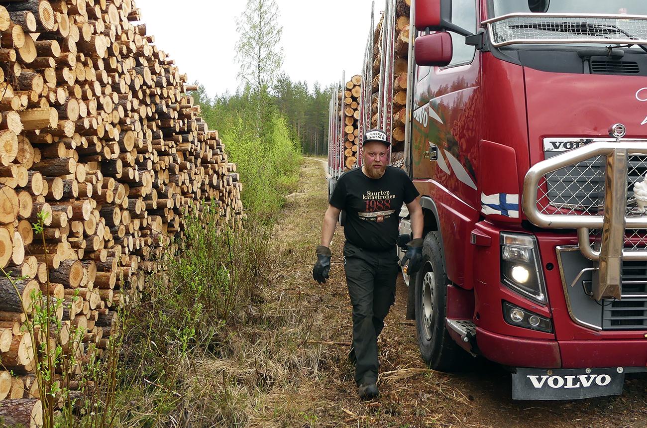 """""""Paikkatuntemus on tärkeää, jotta tietää, milloin millekin tielle voi mennä puita hakemaan"""", kertoo puutavara-autoa Ylä-Savossa kuljettava Teemu Koistinen. Kuva: Päivi Mäki"""