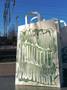 'When will you become plastic?' asks the wood-based reusable bag in Kerava, and goes on to say that people swallow and inhale up to 5 grams of micro plastic every week. Photo: Anna Kauppi