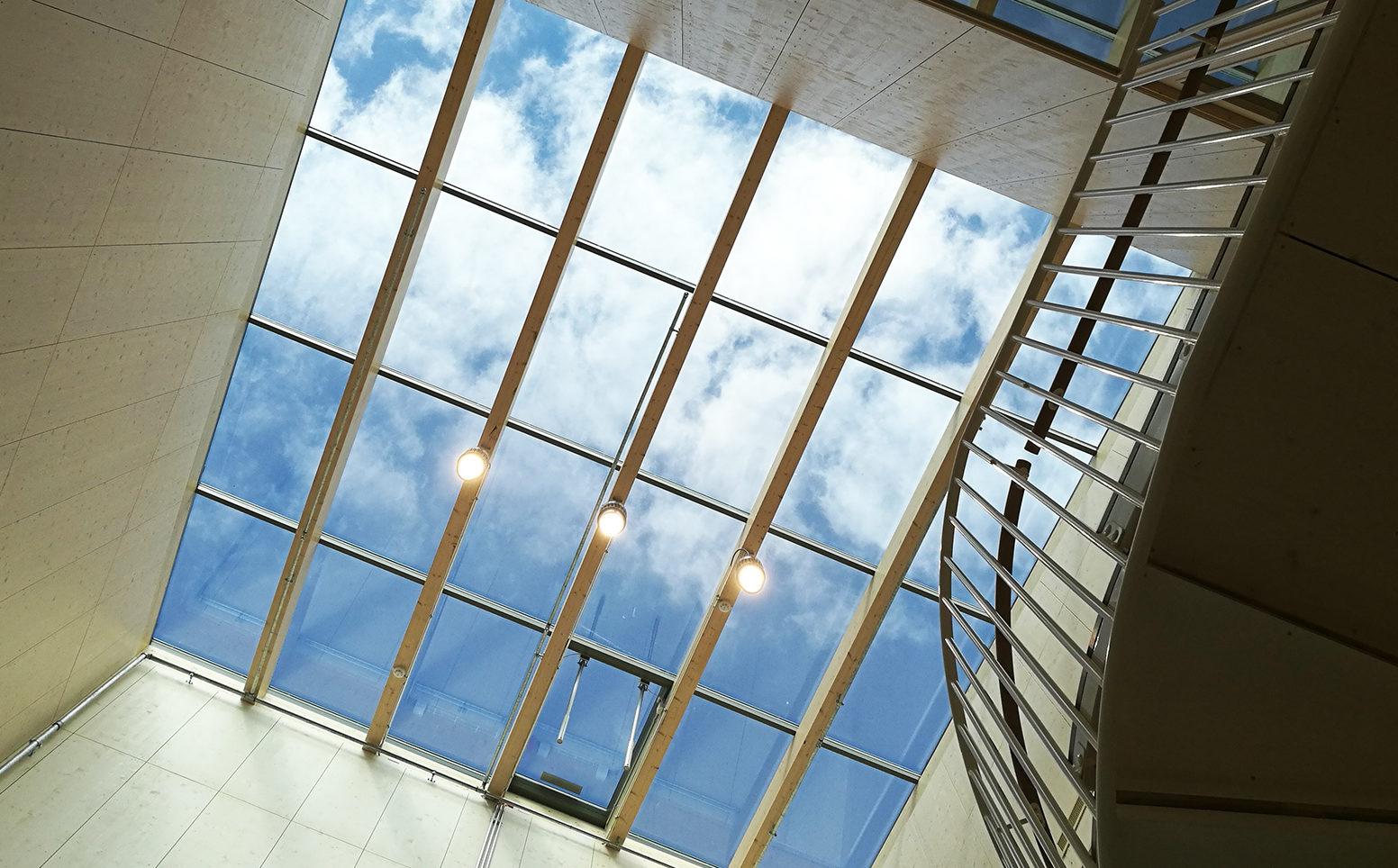 Puukoulu saa valoa suurten kattoikkunoiden kautta. Kuva: Anna Kauppi