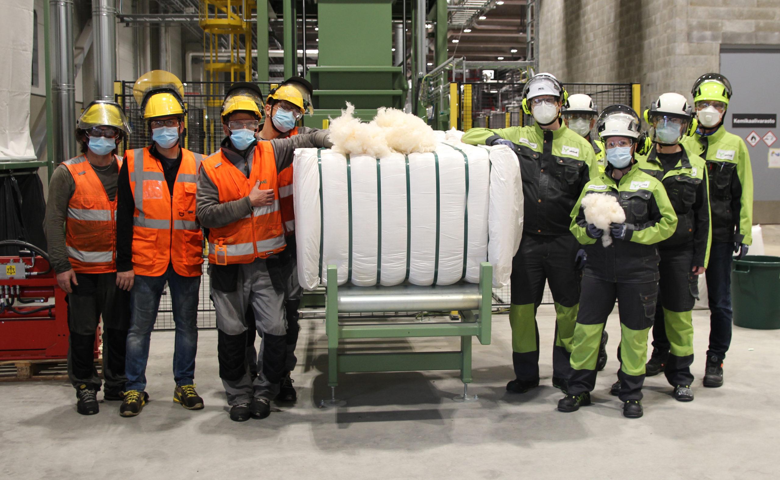 Ensimmäinen Metsä Springin koetehtaalta valmistunut erä tekstiilin tekoon käytettävää katkokuitua tekijöineen. Kuva: Riikka Liikanen