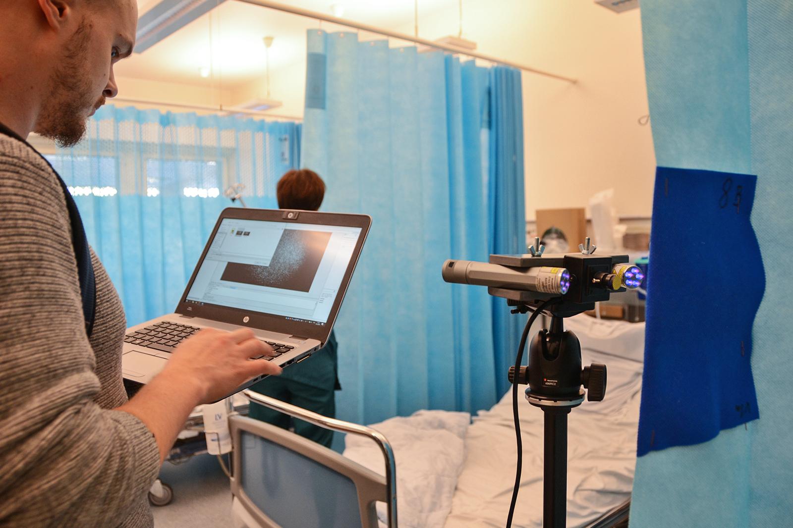 Sairaalaverhojen antimikrobinen testi. Kuva: Juho Jäppinen