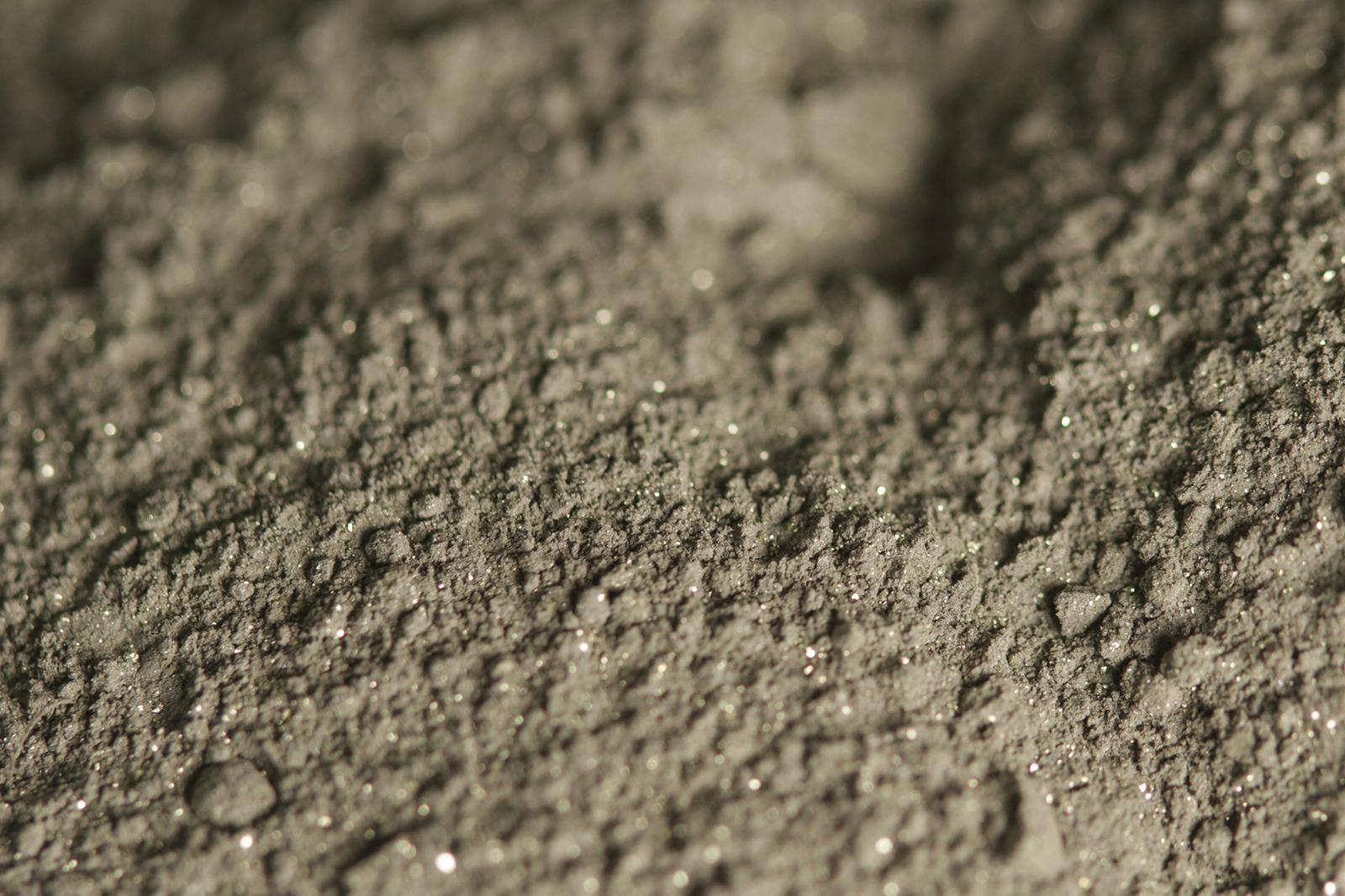 Vaahdotuksella saatua kuparirikastetta laboratoriossa. Kuva: Nina Pulkkis/Aalto-yliopisto